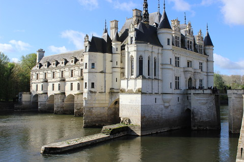 Chateau chenonceau one of the most popular chateaux of for Castles to stay in france